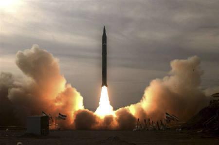 4月19日、米国防総省によると、イランは2015年までに米国に到達する長距離ミサイルを製造できるようになる可能性がある。写真は2009年12月、砂漠で試射されるイランの長距離ミサイル(2010年 ロイター/Fars News)