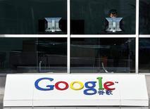 <p>Selon le New York Times, l'attaque informatique dont Google a été victime en décembre a affecté le programme de mot de passe du moteur de recherche. Ce programme étroitement surveillé fait la fierté de Google, en permettant aux utilisateurs et employés de se connecter une seule fois avec leur mot de passe pour accéder à divers services dont la messagerie et d'autres applications. /Photo prise le 17 mars 2010/REUTERS/David Gray</p>