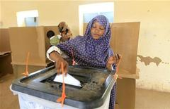 <p>A woman casts her ballot before a polling station closes on the last day of elections in the Sudan's capital Khartoum April 15, 2010. REUTERS/Ahmed Jadallah</p>