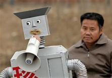 <p>Si Wu Yulu a réussi à se faire un nom en Chine avec ses robots artisanaux, cet agriculteur de 49 ans installé dans les environs de Pékin ne compte pas s'arrêter là. Construits à partir de bouts de ferraille, les 47 enfants humanoïdes de Wu Yulu peuvent servir le thé, allumer une cigarette ou encore dessiner. /Photo prise le 14 avril 2010/REUTERS/Petar Kujundzic</p>
