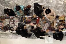<p>Les groupes de luxe ont obtenu gain de cause face aux sites de commerce électronique en se voyant confirmer par la Commission européenne leur capacité de pouvoir choisir qui distribue leurs produits, que ce soit dans des points de vente physiques ou en ligne. /Photo d'archives/REUTERS/Jo Yong-Hak</p>