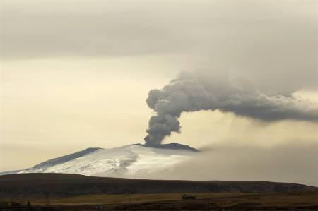 Ash and steam rise from an erupting volcano near Eyjafjallajokull, Iceland April 20, 2010. REUTERS/Lucas Jackson