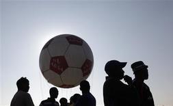 <p>Une majorité de supporters de football jeûnerait pendant une semaine pour voir leur équipe nationale remporter la Coupe du monde, selon un sondage qui a mis en évidence des fans disposés à aller jusqu'à se faire amputer. /Photo prise le 15 avril 2010/Mike Hutchings</p>