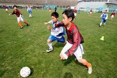 <p>Китайские мальчики играют в футбол в Шанхае 4 марта 2006 года. Китай в ближайшие пять лет пошлет до 500 подростков тренироваться в ведущие клубы Европы, сообщила Китайская футбольная ассоциация. REUTERS/Nir Elias</p>