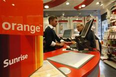 <p>La Commission de la concurrence (COMCO) suisse interdit la fusion entre Orange Communications, filiale suisse de France Télécom SA, et Sunrise Communications, le deuxième opérateur mobile suisse qui est filiale du danois TDC. /Photo d'archives/REUTERS/Christian Hartmann</p>