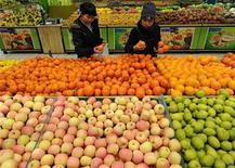 <p>Due donne scelgono la frutta in un supermercato REUTERS/Stringer</p>