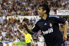 <p>Kaká comemora depois de fazer o gol da vitória pelo Real Madrid contra o Zaragoza, em partida pela primeira divisão do Campeonato Espanhol no estádio de La Romareda, em Zaragoza, 24 de abril de 2010. REUTERS/Sergio Perez</p>
