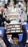 <p>O tenista espanhol Fernando Verdasco exibe o troféu do Aberto de Barcelona depois de derrotar o sueco Robin Soderling, 25 de abril de 2010. REUTERS/Albert Gea</p>