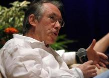 <p>Foto de archivo del novelista británico Ian McEwan durante el Festival Literario Hay en Cartagena, Colombia ene 30 2010. McEwan fue una sorpresiva inclusión entre los candidatos de este año al premio Bollinger Everyman Wodehouse de literatura cómica, el único galardón en el Reino Unido en esa categoría. REUTERS/Jairo Castilla</p>