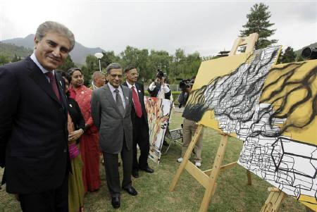 Pakistan's Foreign Minister Shah Mehmood Qureshi (L) and his Indian counterpart Somanahalli Mallaiah Krishna (C, in grey) attend an open art exhibition by SAARC artists themed ''Towards a Green and Happy South Asia,'' outside the venue for the SAARC summit in the Bhutanese capital of Thimphu April 27, 2010. REUTERS/Rupak De Chowdhuri