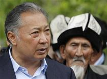 <p>Kyrgyz President Kurmanbek Bakiyev talks to his supporters in Teyyit April 15, 2010. REUTERS/Denis Sinyakov</p>