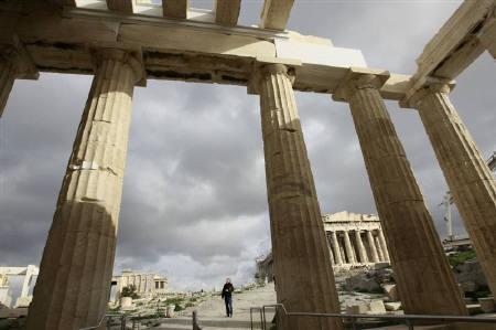 4月27日、格付け会社スタンダード&プアーズ(S&P)はギリシャのソブリン格付けを3ノッチ引き下げ、ジャンク(投機的)等級となる「BBプラス」とした。写真は1月5日、アテネのアクロポリスで(2010年 ロイター/John Kolesidis)
