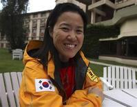 <p>Imagen de archivo de la montañista surcoreana Oh Eun-sun, en una entrevista a Reuters en Kathmandu. Sep 15 2009. La montañista surcoreana Oh Eun-sun alcanzó el martes la cumbre del monte Annapurna en Nepal, convirtiéndose en la primera mujer que corona las 14 cumbres de más de 8.000 metros del mundo y adelantándose a la española Edurne Pasaban, que competía por lograr la misma hazaña. REUTERS/Gopal Chitrakar/ARCHIVO</p>
