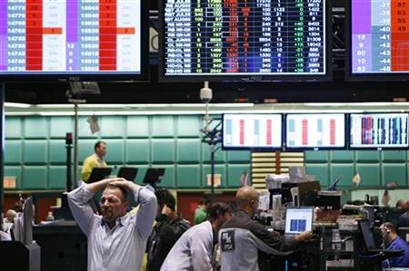 Traders work in the Crude, Gasoline and Heating Oil Futures pit at the New York Mercantile Exchange May 19, 2009. REUTERS/Shannon Stapleton