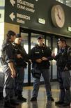 <p>Полицейские в аэропоту Милана 29 декабря 2009 года. Итальянская полиция арестовала главу мощного клана южноитальянской мафии, значившегося в списке 30 наиболее опасных скрывающихся преступников страны. REUTERS/Paolo Bona</p>