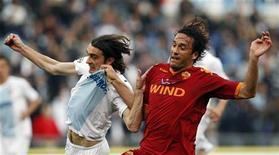 <p>Un contrasto durante l'ultimo derby tra l'attaccante della Roma Luca Tony e Giuseppe Biava della Lazio REUTERS/Giampiero Sposito</p>