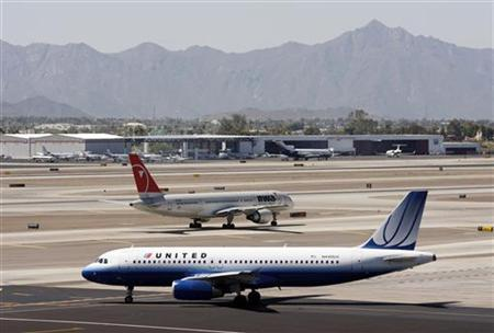 A United Airlines Airbus A320 aircraft prepares to depart Phoenix International Airport in Phoenix April 8, 2010. REUTERS/Joshua Lott