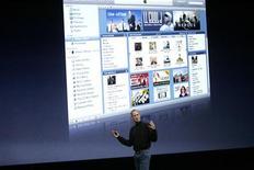 <p>Lors de la présentation d'iTunes par Steve Jobs, le dirigeant d'Apple. La firme à la pomme a annoncé l'arrivée de films à la location ou à l'achat sur son magasin en ligne iTunes Store destiné au marché français, à des prix inférieurs aux versions DVD. /Photo d'archives/REUTERS/Robert Galbraith</p>