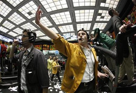 Trader Patrick Totman (C) works in the Euro Dollar pit at the Chicago Mercantile Exchange April 28, 2010. REUTERS/John Gress