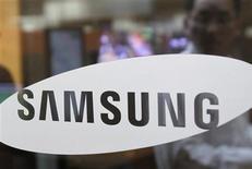 """<p>Samsung Electronics a annoncé des prévisions de résultats records, tout en disant envisager une forte augmentation de ses investissements avec le pari du maintien d'une forte demande au second semestre. """"Nous sommes optimistes mais prudents concernant une progression des résultats au deuxième trimestre (...) nous prévoyons toujours une forte demande de cartes mémoires et d'écrans à cristaux liquide, portée par des effets de saisonnalité, et des ventes de téléphones et de télévisions en hausse"""" a déclaré aux analystes Robert Yi, vice-président des relations investisseurs. /Photo prise le 6 avril 2010/REUTERS/Truth Leem</p>"""