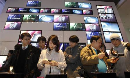 Visitors look at Samsung Electronics' Android 2.1 platform-based smartphone models during a news conference at the company's headquarters in Seoul February 4, 2010. REUTERS/Jo Yong-Hak/Files