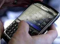 <p>Selon le cabinet spécialisé IDC, Research In Motion (RIM), créateur du BlackBerry, s'est immiscé pour la première fois parmi les cinq premiers fabricants mondiaux de combinés sur la période janvier-mars. /Photo prise le 30 mars 2010/REUTERS/Stelios Varias</p>