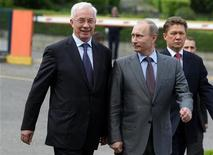 <p>Russian Prime Minister Vladimir Putin (C), his Ukrainian counterpart Mykola Azarov (L) and Gazprom Chairman Alexei Miller walk after talks at Russia's Black Sea resort of Sochi, April 30, 2010. REUTERS/RIA Novosti/Pool/Alexei Druzhinin</p>