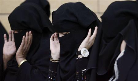 A file photo shows Saudi women praying during Eid al-Adha celebrations on a street in Riyadh November 27, 2009. Divisions among senior Saudi clerics over the legality of gender segregation could mark a new drive by reformers allied to King Abdullah to push social reforms in the puritanical Islamic state. REUTERS/Stringer/Files