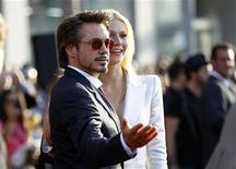 """<p>Robert Downey Jr. e Gwyneth Paltrow do elenco de """"Homem de Ferro 2"""" comparecem à estreia do flime no cinema El Capitan em Hollywood, na Califórnia. O filme do super-herói teve uma estreia surpreendente no exterior arrecadando 100,2 milhões de dólares, segundo estimativas publicadas neste domingo. 26/04/2010 REUTERS/Mario Anzuoni</p>"""