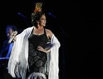 <p>Imagen de archivo de la cantante española Isabel Pantoja, durante un concierto en Sevilla. Jun 10 2007. La fiscalía anticorrupción española solicitó tres años y medio de prisión y una multa de 3,68 millones de euros para la cantante Isabel Pantoja, a la que acusa de un delito continuado de blanqueo de capitales en una causa derivada del llamado caso Malaya de corrupción. REUTERS/Marcelo del Pozo/ARCHIVO</p>