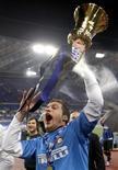 <p>Inter Milan's goalkeeper Julio César, da Inter de Milão, comemora conquista da Copa da Itália após superar a Roma por 1 x 0. REUTERS/Giampiero Sposito</p>