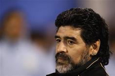 <p>Técnico da Argentina, Diego Maradona, assiste ao amistoso contra o haiti. Maradona mostrou seu aborrecimento com o cancelamento do amistoso que a equipe disputaria no dia 29 de maio em Dubai que, segundo disse, prejudicará seus planos para o Mundial na África do Sul. 05/05/2010 REUTERS/Marcos Brindicci</p>