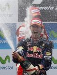 <p>Piloto da Red Bull Mark Webber (frente) e o piloto da Ferrari Fernando Alonso comemoram vitórias de primeiro e segundo lugar no Grande Prêmio da Espanha no circuito de Montmelo em Barcelona. 09/05/2010 REUTERS/Gustau Nacarino</p>