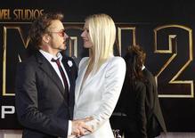 """<p>Atores Robert Downey Jr. e Gwyneth Paltrow durante estreia do filme """"Homem de Ferro 2"""" em um cinema de Hollywood, Califórnia. O filme arrecadou 133,6 milhões de dólares em seus três primeiros dias em cartaz na América do Norte, mas não quebrou o recorde da indústria. 26/04/2010 REUTERS/Mario Anzuoni</p>"""