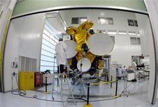 <p>Eutelsat a relevé lundi son objectif de ventes pour l'exercice 2009-2010, son chiffre d'affaires trimestriel ayant été porté par le déploiement récent de nouveaux satellites. /Photo d'archives/REUTERS/Eric Gaillard</p>