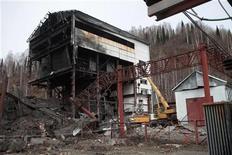 <p>Здание, разрушенное от взрыва на шахте компании Распадская в Междуреченске, 10 мая 2010 года. Взрыв на крупнейшей подземной угольной шахте России унес по меньшей мере 32 жизни, и еще 58 человек числятся пропавшими без вести, сообщили спасатели. REUTERS/Georgiy Kopitin</p>