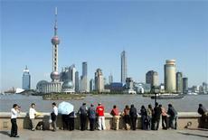 <p>Turisti guardano il distretto commerciale di Shanghai, foto d'archivio. REUTERS/Claro Cortes</p>