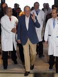<p>El rey de España Juan Carlos I saluda a su salida de un hospital en Barcelona. Mayo 11 2010. El rey Juan Carlos I salió el martes del Hospital Clinic de Barcelona, donde hace cuatro días se le extirpó un nódulo benigno en el pulmón, dada su favorable evolución. REUTERS/Albert Gea</p>