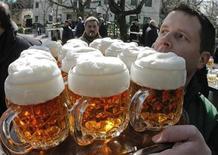 <p>Imagen de arhivo de un mesero llevando cervezas en el primer día del festival de Schweizerhaus en Viena. Mar 15 2010. Los hinchas que estarán en el Mundial alentando a sus selecciones pueden estar tranquilos, ya que Sudáfrica no se quedará sin cerveza durante el torneo de fútbol que dura un mes, dijo su mayor cervecería. REUTERS/Heinz-Peter Bader/ARCHIVO</p>