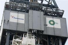 <p>I loghi della Transocean e della BP sul lato del Development Driller III, trivella impegnata nel Glofo del Messico REUTERS/Gerald Herbert/Pool</p>