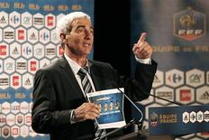 <p>Domenech responde a jornalistas após anunciar a equipe francsa para a Copa do Mundo. Apenas 27,3 por cento dos franceses acreditam que a seleção do país vai avançar para as oitavas-de-final da Copa do Mundo, revelou uma pesquisa nesta quarta-feira.11/05/2010.REUTERS/Charles Platiau</p>