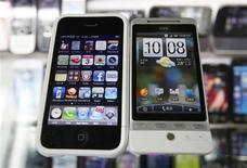 <p>L'iPhone d'Apple (à gauche) et le mobile Hero de HTC. Le fabricant taïwanais annonce qu'il a déposé un recours contre Apple pour violation de brevet et qu'il a demandé à une commission américaine d'interdire la vente aux Etats-Unis des iPhone, des iPad et des iPod. /Photo d'archives/REUTERS/Nicky Loh</p>
