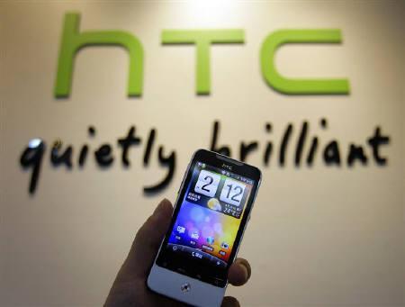5月12日、台湾の宏達國際電子(HTC)がアップルを特許侵害で逆提訴。写真はHTCのスマートフォン。4月撮影(2010年 ロイター/Pichi Chuang)