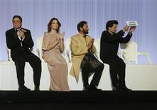 <p>Membro do júri do Festival de Cannes segura placa com nome do membro ausente, o diretor iraniano Jafar Panahi. Dois ministros franceses fizeram um chamado ao Irã pedindo a libertação do diretor. 12/05/2010 REUTERS/Yves Herman</p>