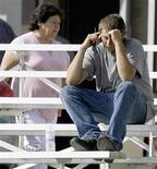<p>Uomo parla al cellulare in foto d'archivio. REUTERS/Danny Moloshok</p>