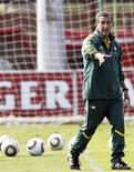 <p>Técnico da África do Sul, Carlos Alberto Parreira, durante sessão de treino da seleção em Johanesburgo. Parreira comemorou os avanços de sua equipe após a goleada por 4 x 0 sobre a Tailândia, no fim de semana, num amistoso de preparação para a Copa do Mundo em Nelspruit. 09/05/2010 REUTERS/Siphiwe Sibeko</p>
