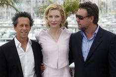 """<p>Imagen de archivo del elenco de """"Robin Hood""""; el productor Brian Grazer junto a la actriz Cate Blanchett y el actor Russell Crowe, en el Festival de Cine Cannes. Mayo 12 2010. """"Robin Hood"""" tomó el primer puesto en la taquilla mundial en su primer fin de semana de estreno, pero la costosa saga de Russell Crowe no logró reemplazar a """"Iron Man 2"""" como la principal elección en Norteamérica, de acuerdo a cálculos de los estudios, divulgados el domingo. REUTERS/Christian Hartmann/ARCHIVO</p>"""