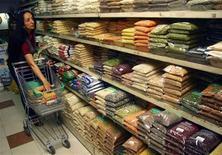 <p>Donna che fa la spesa in un supermercato di Chandigarh, foto d'archivio. REUTERS/Ajay Verma</p>