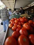 <p>Due anziani al mercato. REUTERS/Mike Blake</p>