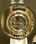 <p>Часы Omega De Ville Hour Vision Skeleton видны через увеличительную лупу на выставке Baselworld в Базеле 17 марта 2010 года. Чувствуете, что вам не хватает 24 часов в день? Канадские активистки предлагают ввести в сутках дополнительный 25-й час. REUTERS/Arnd Wiegmann</p>